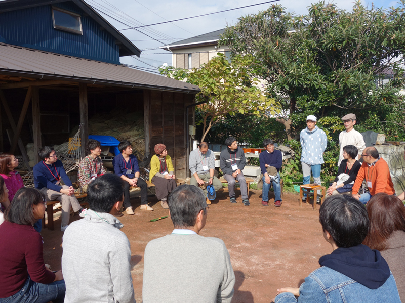 1・オープニングで話す中野さんとリベンデルの熊澤さん。紺のセーターが塩見さんです。