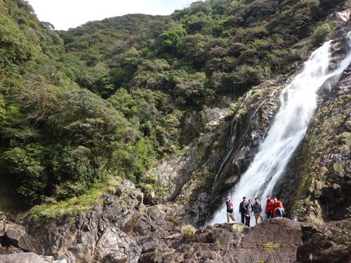 雄大な大川の滝で記念写真